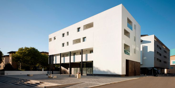 Il complesso residenziale a Firenze propone un'architettura che unisce il contemporaneo con tecnologia, leggerezza e gusto raffinato del semplice. #residence #commercial #suspended #wall #facade #light #portic