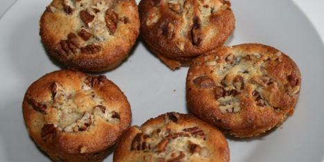 Lad stemningen stige med luftige æblemuffins med marcipan samt sprøde mandler og nødder. Garanteret en succes til kaffen, til dessert eller til en tur i det blå.