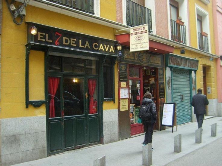 Yemeğimiz bittikten sonra Sol meydanına doğru yürüyüş yapıyoruz. Burası her daim kalabalık bir meydan, ara sokaklara dalıp Madrid'i keşfe çıkıyoruz... Daha fazla bilgi ve fotoğraf için; http://www.geziyorum.net/madrid-gezisi/