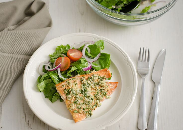 Persoonlijke favoriet! Heerlijke smaken combinatie. Door de mosterd krijgt de zalm een lekkere kick en dit past prima bij de frisse dressing van de spinazie salade. Dit is een receptje [