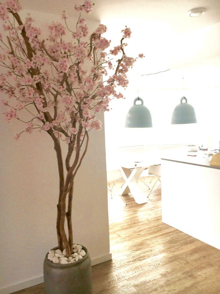 Blossom!  Mariëlle wilde graag een bloesemboom in hun net verbouwde woonkamer!  De bloesemboom is 220 hoog.