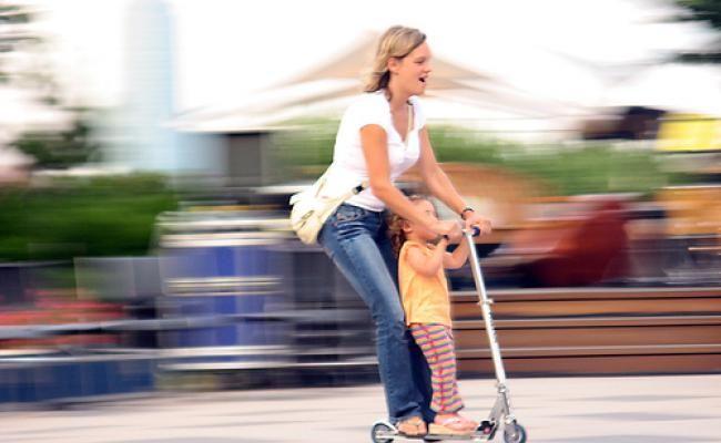 Os nossos dias são passados a andar de um lado para o outro, entre a casa, o trabalho, a escola, as compras e as saídas de lazer, a verdade é que nos deslocamos muito de carro – o que prejudica o meio ambiente. Opte por meios de transporte mais verdes e torne as deslocações diárias mais ecológicas.