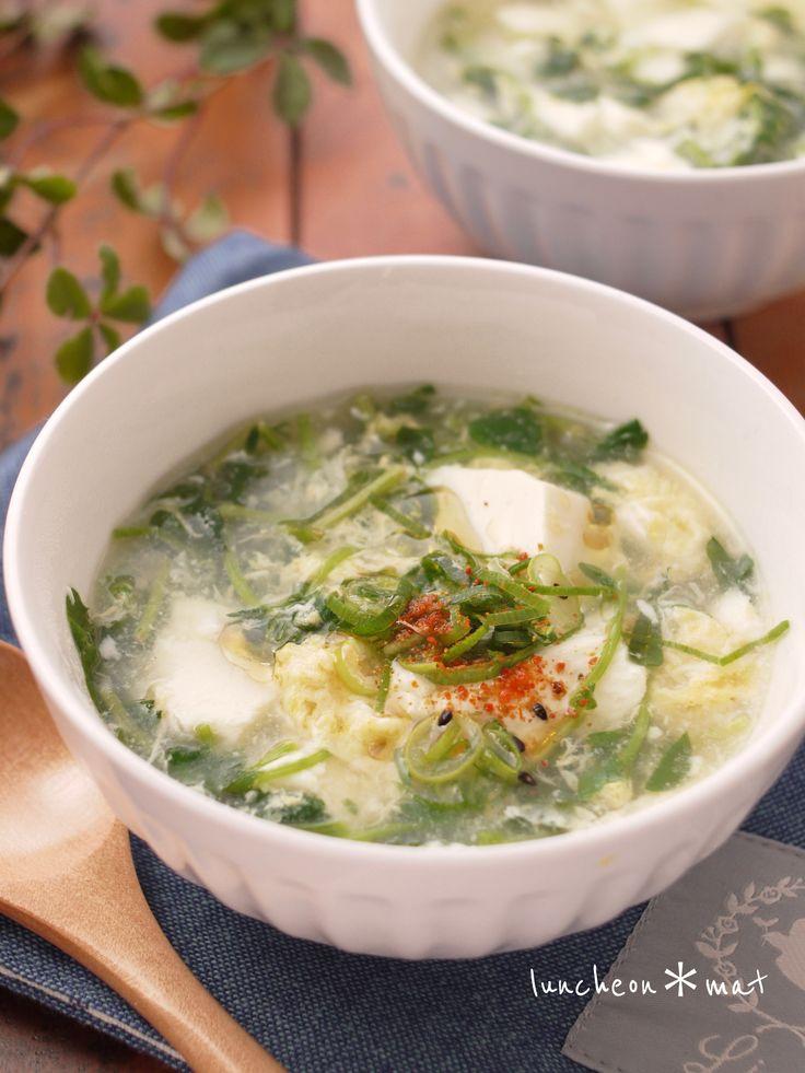 """『シャキシャキ豆苗』と『崩した豆腐』が何とも言えないくらいに美味。かき玉も優しくて体が暖まるスープです。朝食にも簡単に作れていいと思います。朝食には""""にんにく""""抜きが良いかもです"""
