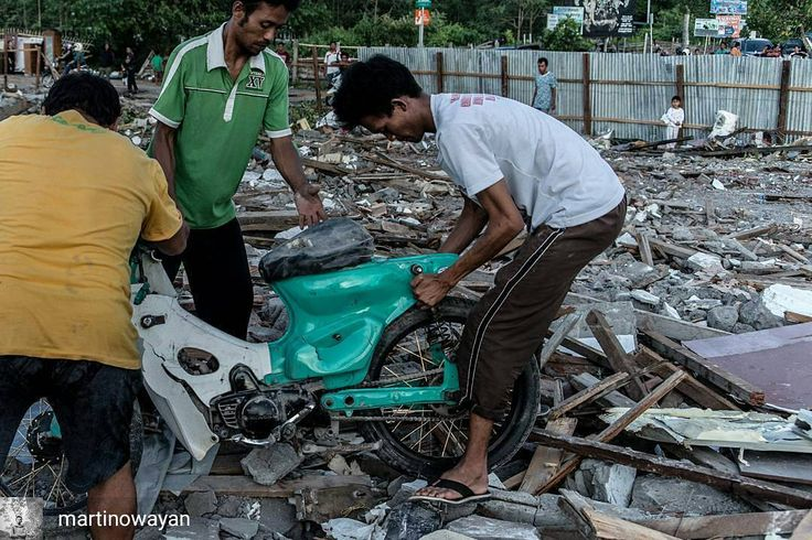 from @martinowayan -  Sepeda motor milik salah seorang warga Kampung Bugis berhasil diangkat dari dalam puing-puing sisa runtuhan bangunan.  Pasca penggusuran Kampung Bugis sore harinya warga sekitar ikut membantu mencari benda-benda berharga yang kiranya masih tertimbun reruntuhan.  2017  Wayan Martino - #regrann