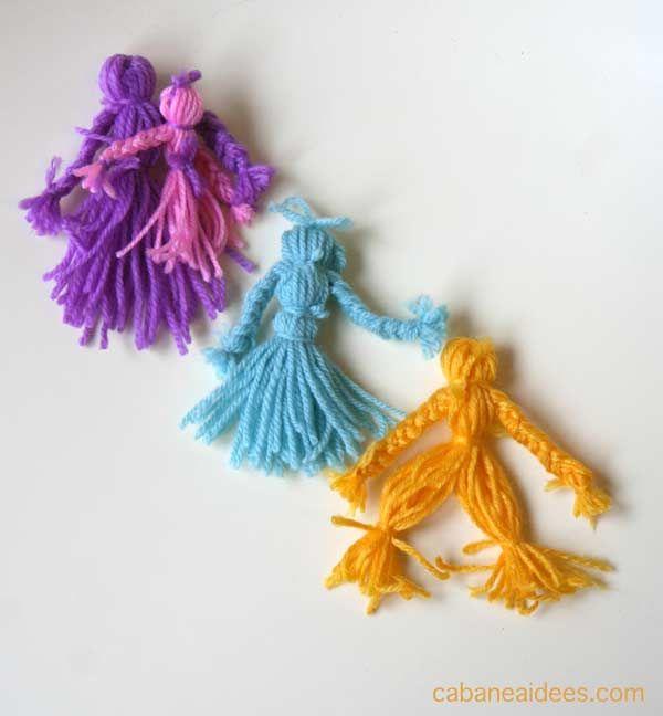 Si vous avez des restes de pelotes de laine, profitez en pour fabriquer ces petites poupées de laine. Ma fille a joué avec pendant toutes les vacances et elles sont super pratiques car on peut les transporter partout! C'est aussi un projet que l'on peut faire avec des enfants à partir de 5 ans. Ils seront fiers d'avoir fabriqué eux-même leurs poupées ! On peut faire des poupées filles et des poupées garçons. Matériel nécessaire pour bricoler une poupée...