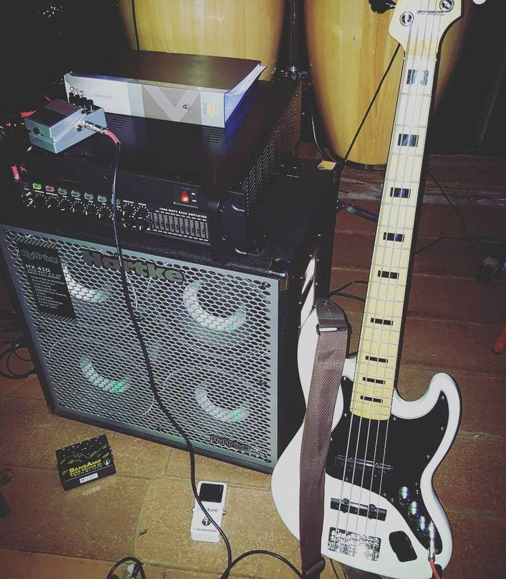 Set (algo desordenado)  #bass #bassist #bassplayer #bassuniversity #bassporn #basspro #bassplayersunited #bajo #baixo #fender #jazzbass #5strings #music #jazz #salsa #timba #latin #Hartke #kilo #hydrive #tech21 #tcelectronic #boss #pedal #gopro #gopromusic