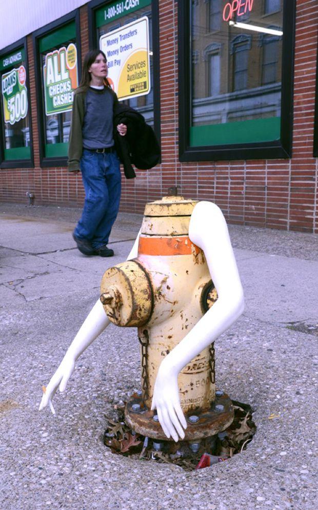 Scott Beseler est un artiste de rue qui utilise des bras de mannequin de récup afin de « donner vie » à des éléments urbains