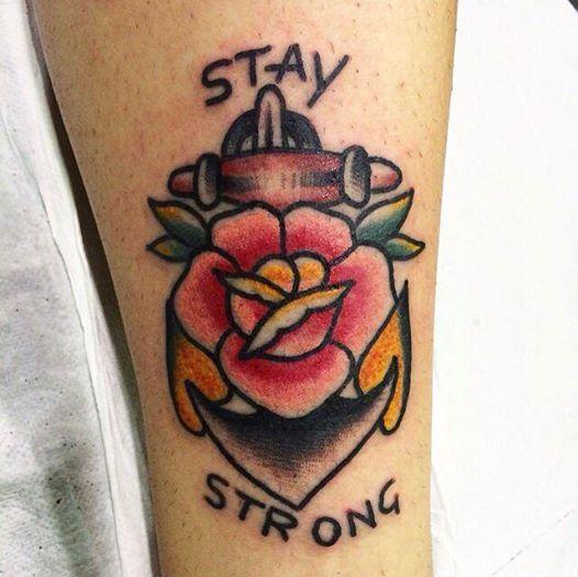 La frase Stay strong vuol dire Tieni duro.. L'ancora e la rosa insieme parlano di questo.. Esortano un animo dolce e fragile come quello di un fiore a rimanere forte e saldo come quello di un'ancora. Tattoo artist : il Corra  www.subliminaltattoo.it #subliminaltattoofamily #rosetattoo #roseandanchortattoo #staystrongtattoo #traditionaltattoo #oldschooltattoo #ilcorra #oldschool #tattooartist #tattoos#tatuaggio