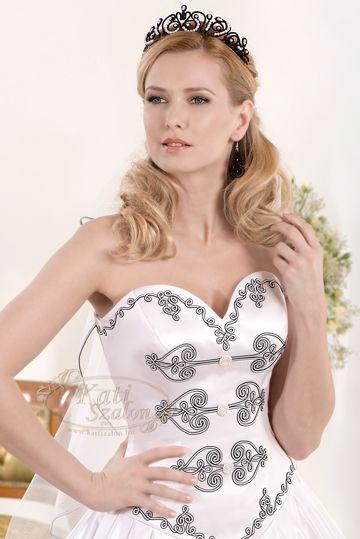 43- különleges 2 színű, fekete-fehér sujtás zsinórral díszített magyaros menyasszonyi ruha