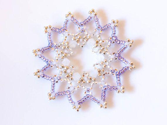 Set di 6 lussuose viola perline decorazioni/ornamenti di Natale fiocco di neve congelati in un contenitore di regalo  Bella, ornamenti di cattura dellocchio. È possibile utilizzarlo come decorazione sul vostro albero di Natale, che appendono gli ornamenti in una finestra o come un bel regalo per la vostra famiglia e gli amici...  Ogni pezzo è fatto a mano dai migliori materiali di qualità: -perle di vetro e metallo -in vetro sfaccettato cristallo Swarovski & Preciosa -filo placcato in…