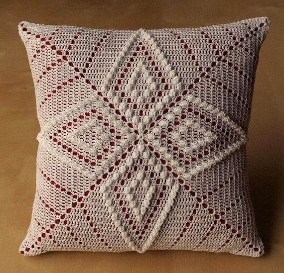 Ceci un oreiller 12 avec deux carrés crochetés cousues ensemble sur elle. Le modèle utilisé est un de mes propres. Loreiller sur la photo est déjà vendue, lacheteur de choisir les couleurs que vous le souhaitez. Moment de la construction actuelle est 2-3 semaines. Acheteur de choisir