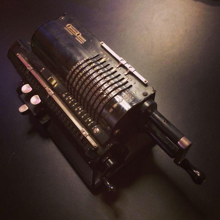Svinger. Regnemaskine, som var i brug i toldvæsenet indtil begyndelsen af 1970'erne.  Se mere om hvordan man bruger den og se materiale fra Teknisk Museum her: http://steen-toft.dk/mat/regneri/svinger.htm
