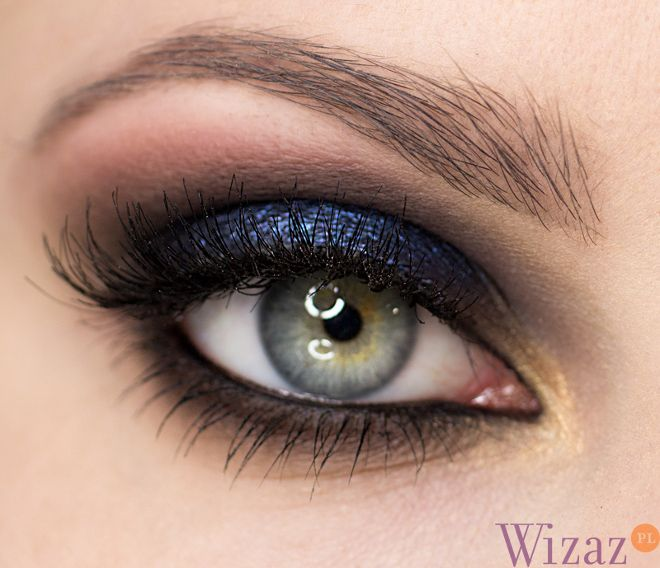 Another navy and black dramatic eye makeup. SO GORGEOUS! http://wizaz.pl/Makijaz/Szkola-makijazu/Granatowy-makijaz-oczu#