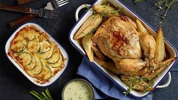 Pieczony kurczak z serem gorgonzola, gruszkami i orzechami włoskimi z zapiekanką z cukinią