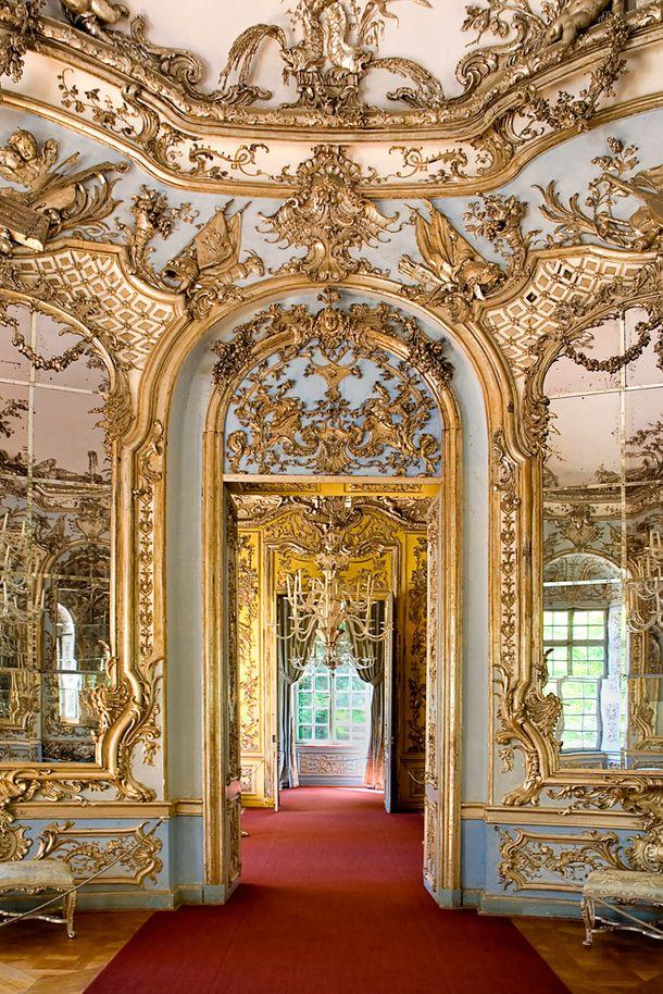Охотничий домик в Амалиенбурге под Мюнхеном был построен для императора КарлаVII архитектором Франсуа Кювилье в 1730-х годах.