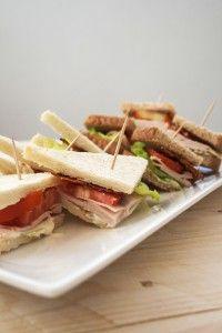 Clubhouse sandwich con tacchino e bacon: scopri tutte le ricette con salumi su paneprosciutto.it, facili, veloci e gustose! #tramezzino #snack #tacchino #bacon #pancetta