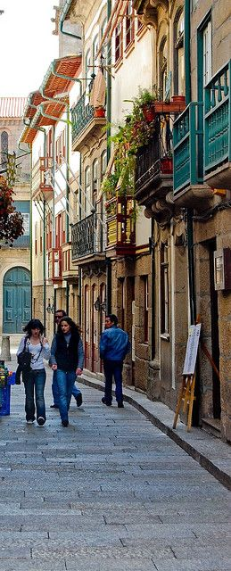 The old and picturesque streets of Guimarães the 1st capital city of #Portugal, back on the XII Century.
