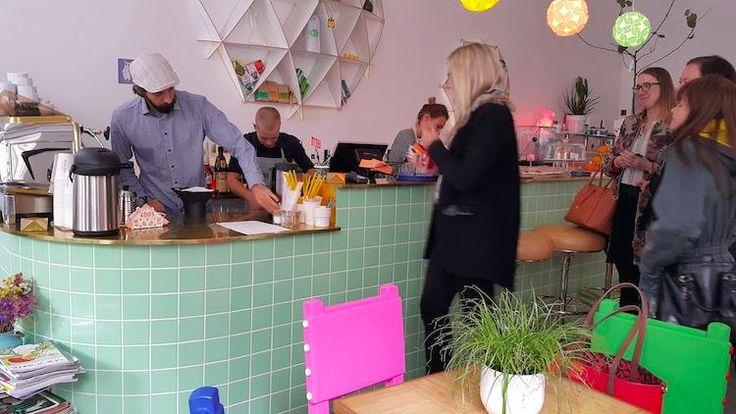 August-kahvila on hauska lisä Tallinnan kahviloihin. Vuodesta 2015 pystyssä ollut paikka sijaitsee Vanhassakaupugissa ja tarjoilee aamiaista, puurosta pekoniin, koko päivän ajan. Vatsaansa voi helliä myös muulla ruoalla ja kahvilaherkuilla, luonnollisesti. August on trendikäs, kepeän hipsteritunnelman paikka. #august #tallinna #eckeröline