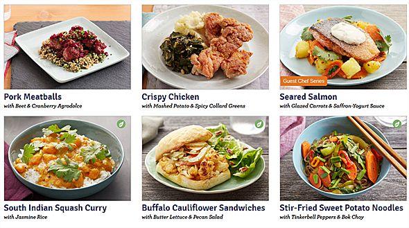 急成長する「ミールキット・デリバリー」が、米国でウケている理由 (1/3) - ITmedia 「Blue Apron」は150軒もの農家と直接契約して、スーパーよりも新鮮で高品質な食材や珍しい食材を提供できる仕組みを作り上げている。同封されているレシピ通りに調理するだけでプロ並みの料理が自宅で作れる 珍しい食材が必要なメニューが食べたくなっても、お店をハシゴして材料を探す必要はない。 必要となる分量の食材がセットされているので、食材を使い切れずに捨てるなんていう心配もない。しかも調味料も必要な分量だけがパッケージになっているので、計量する手間もいらないのだ。 夕食のメニューに頭を悩ませる必要もなくなる 新しいレシピにもチャレンジしやすい  利用者が多い「Blue Apron」は、1週間に3食(1食で2人分)のメニューをオーダーすると、1人につき1食当たり約10ドルの計算になる。 スーパーで食材を買って料理するより多少は割高だけれども、外食するよりは安い。 「Blue Apron」の他にも、米国では150以上ものミールキット・デリバリーを提供するサービスが存在しているという。