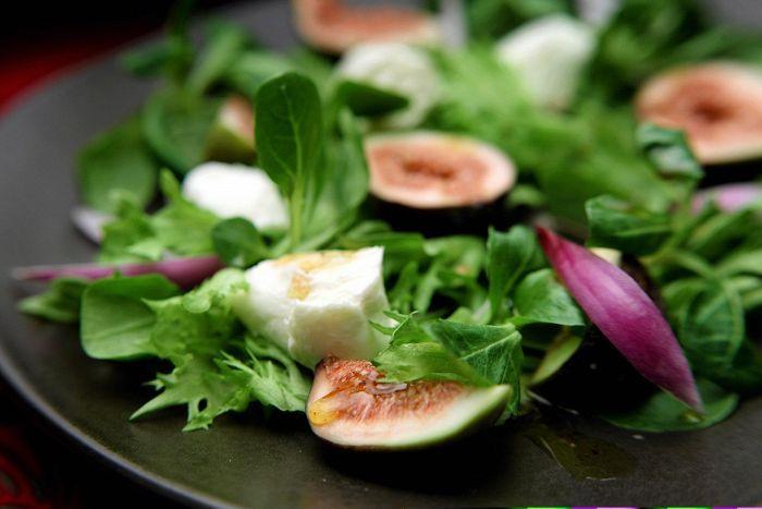 Herkullinen viikunasalaatti saa omintakeisen makunsa vadelma-kanelikastikkeesta.