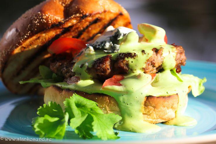 Blue Cheese Burger Med Koriandercreme Och Tomatsalsa #bluecheeseburger #burger #bluecheese #recept #mat #burgerrecipe #burgerrecipes #tomatsalsa #salsa #tomat #bbq #bbqrecette #bbqrecipe #grillat #grillrecept #grillad #grilla #slankosund