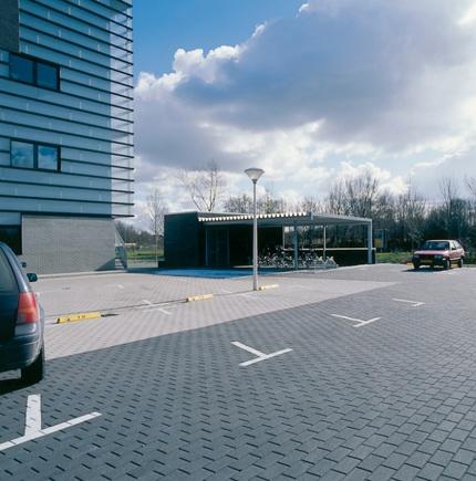 Betonklinkers gelegd op een parkeerplaats in Groningen.. Onze klant heeft gekozen voor een zwarte bss betonklinker 8 cm dik. Deze klinkers kunt u bekijken op onze webshop: