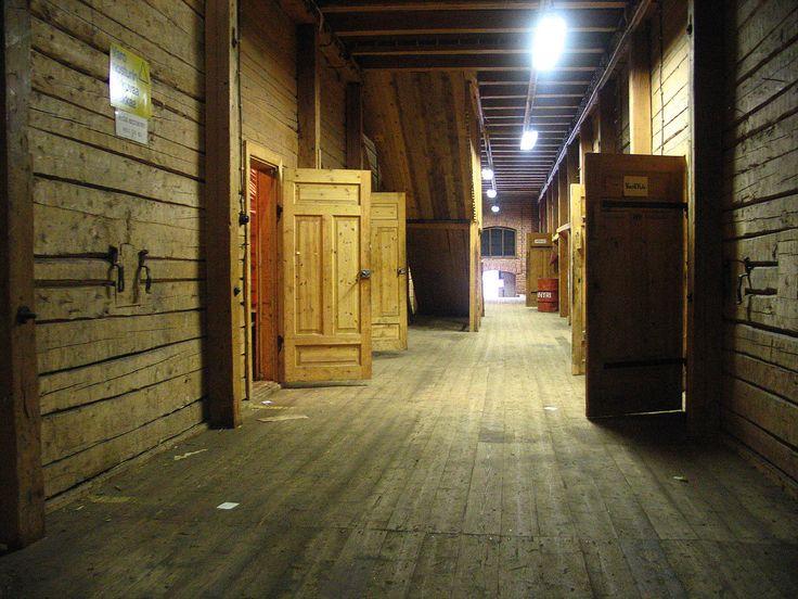 Molemmat kerrokset muodostuvat useasta pienestä hirsineinäisestä huoneesta. Huoneiden korkeus on silmämääräisesti n. 4 meteriä.