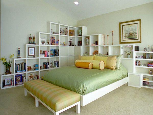 tête de lit avec rangement, casiers blancs et un lit plateforme
