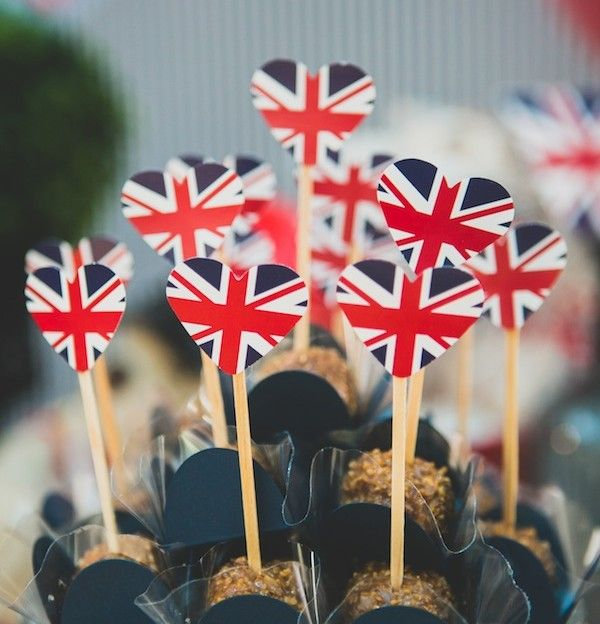 Festa com o tema Londres, que também pode ser aproveitada para um aniversário para uma pessoa que ame viajar. As banderinhas de UK em cima dos brigadeiros ficaram uma graça. Festa de 1 ano   Vestida de Mãe   Blog sobre Gravidez, Maternidade e Bebês por Fernanda Floret