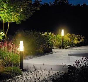 Éclairer le jardin, mettre en valeur les arbres, arbustes et massifs, c'est le rôle de l'éclairage d'extérieur. Parfait pour les soirées d'été!