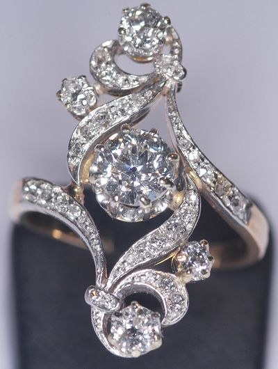 Bague Esse Diamants vers 1920........This is GORGEOUS AND UNIQUE. I KNOW I GENERALLY HATE DIAMOND RINGS BUT DAMN SON.