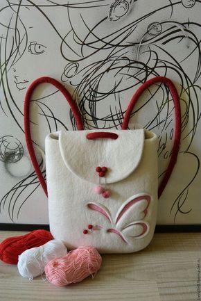 Купить или заказать Рюкзак валяный 'Ассоль', рюкзак белый с бабочкой в интернет-магазине на Ярмарке Мастеров. Сама нежность и очарование воплощены в этом валяном рюкзачке. Выполнен из нежной шерсти мериноса в технике многослойность - объемный декор. Этот изящный валяный рюкзачок очаровательно смотрится даже с платьем. Модный и удобный, он прекрасно подойдет для городских путешественниц, желающих носить в нем планшет/нетбук. Длина лямок регулируется. Магнитный замочек. Внутри два…