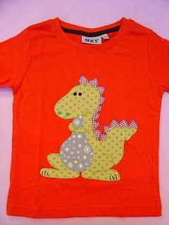 Las camisetas de base son de algodón del kiabi; son de cuello redondo y de manga corta. La tela que se utiliza para las aplicaciones es de a...