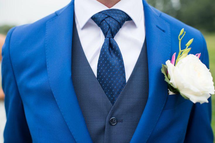 Een stropdas knopen is een hele kunst! #bruidsfotografie