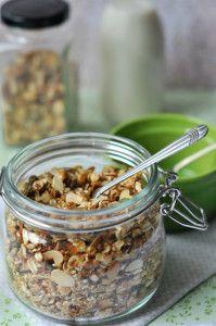 granola: tökmag, napraforgómag, kókusz, szezámmag, mndula, dió, zabpehely. Meglocsoljuk mézzel, 40percig sütjük
