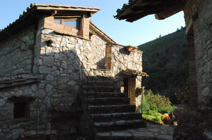 Umbria, Perugia Stone-house on sale with garden and pool | findhouseitaly