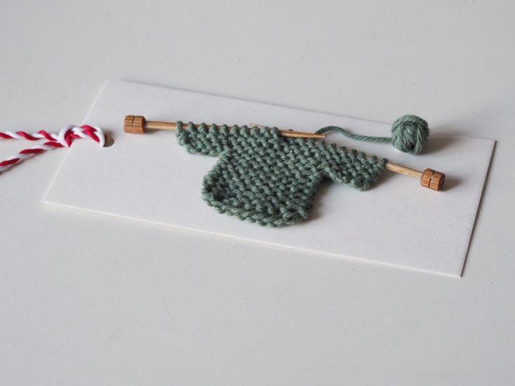 Dags för både julpyssel och julklappbestyr snart, eller hur? Här kommer ett litet tips till dig som vill ge dina julklappsetiketter en handgjord prägel. JULKLAPPSETIKETT MED STICKAD TRÖJA Du behöver: …