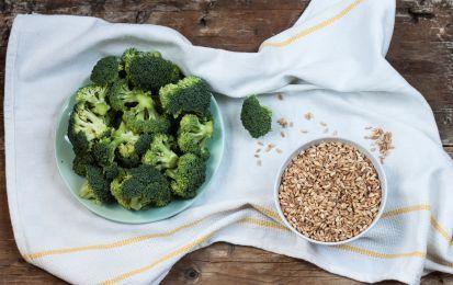 Farro con broccoli e feta - Ecco un buon primo piatto a base di farro con broccoli e feta. Si tratta di una specie di insalata di farro che associa le verdure al formaggio, con la presenza di sedano per decorare e arricchire il piatto. Si tratta di un primo facile e digeribile.
