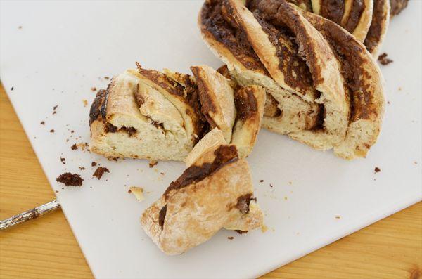Lekker voor de lunch en makkelijk te maken: vers witbrood gevuld met Nutella! Aranka stuurde ons dit lekkere gevlochten Nutella brood recept.