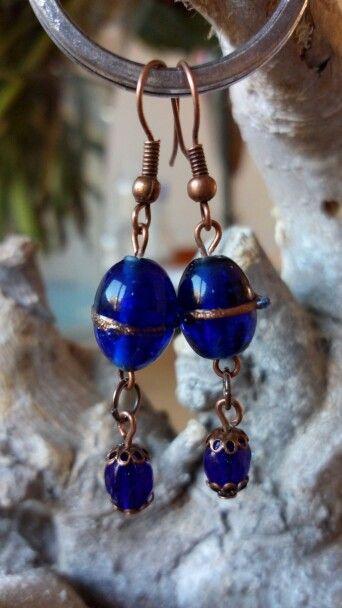 Koperen oorbellen gemaakt met donkerblauwe glaskralen.