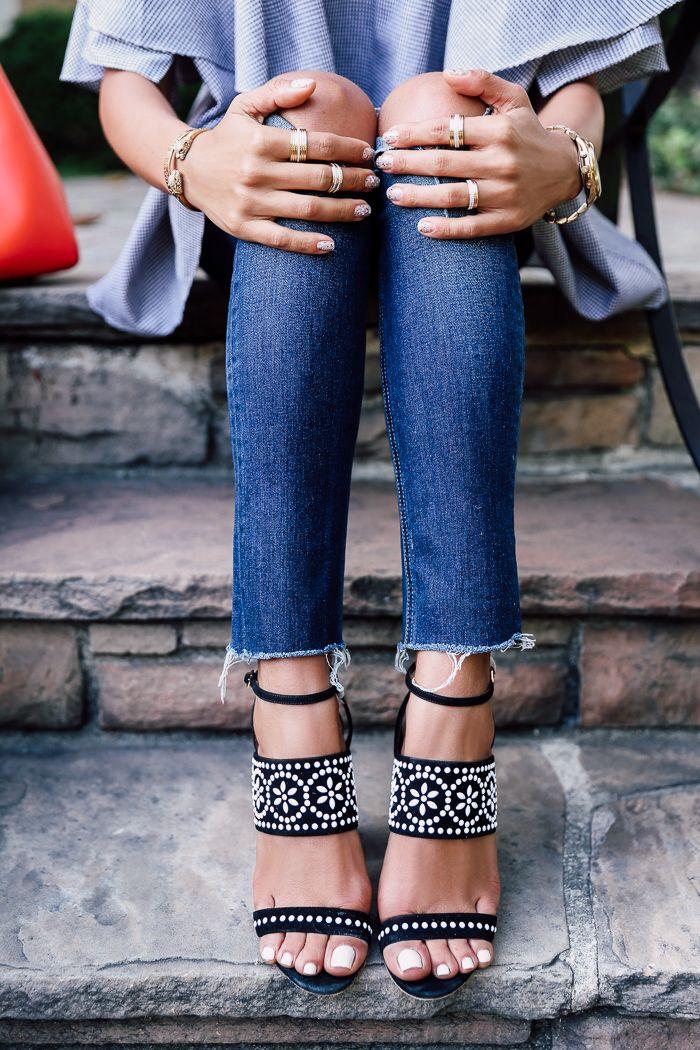 Sandálias de salto com calça jeans.
