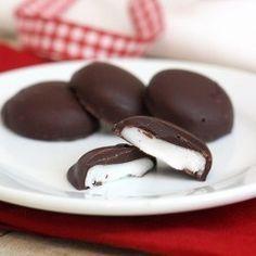 Da jeg var barn lavede vi hver år til jul små pebermynte knapper, jeg synes de smager henad After Eight chokolader, opskrift