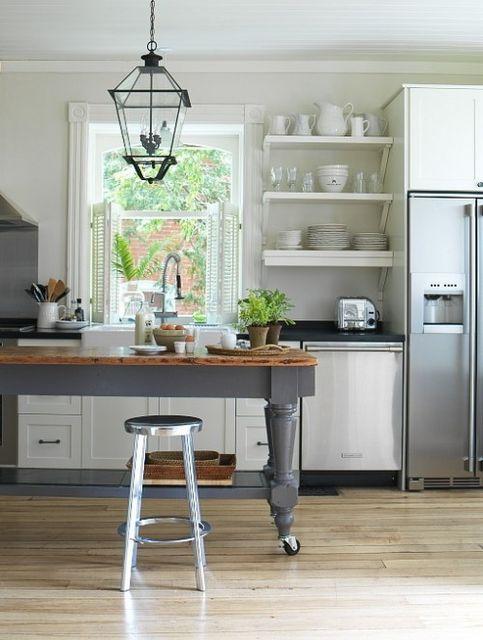 Ρουστίκ Κουζίνες. Το ρουστίκ στην κουζίνα θυμίζει εξοχική κατοικία με άρωμα Γαλλίας ή Ιταλίας, έχει αρκετό φυσικό ξύλο συνήθως ακατέργαστο, πέτρα, μέταλλο όπως χάλκινα αντικείμενα και λεπτομέρειες. Το στυλ ρουστικ αποπνέει ένα στυλ παλιακό, με εκλεπτυσμένη λαϊκή και παραδοσιακή διακόσμηση.