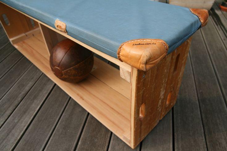 """Auch bei diesem Produkt kommen wieder """"alte Bekannte aus der Schulzeit"""" zum Einsatz: Turnkasten und Turnmatte. Als Schuh- oder Bücherregal mit Sitzau"""