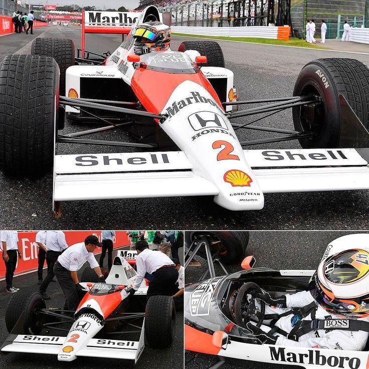 McLaren-Honda MP4/5 1989 Sábado de memórias no circuito de Suzuka onde acontece neste domingo o Grande Prêmio do Japão. A McLaren MP4/5 1989 número 2 utilizada pelo francês Alain Prost deu uma volta pela pista dirigida pelo jovem piloto belga Stoffel Vandoorne. No GP de 1989 Senna chegou em primeiro mas foi desclassificado numa decisão polêmica que deu ao título ao rival e colega de equipe Prost. Naquela corrida Prost liderava quando Senna armou o bote na chicane antes da entrada da re...