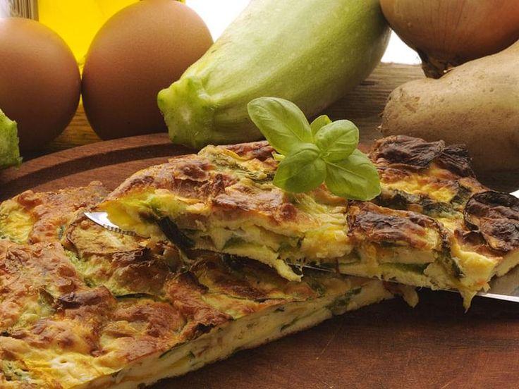 Omelette de courgettes à l'italienne. Contrairement à l'omelette, les ingrédients d'une « frittata » sont mélangés directement avec les oeufs et non pas ajoutés à l'intérieur de l'omelette. En plus, on cuit lentement et à plus basse température, ce qui donne à la « frittata » une consistance plus ferme que celle de l'omelette. Sa forme demeure arrondie, car on ne la plie pas.