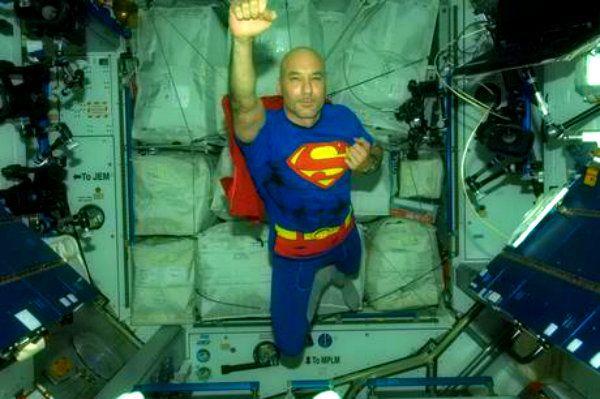 Parmitano vestito da Superman supera ogni grande colosso http://tuttacronaca.wordpress.com/2013/11/01/parmitano-si-veste-da-superman-altro-che-effetti-speciali/