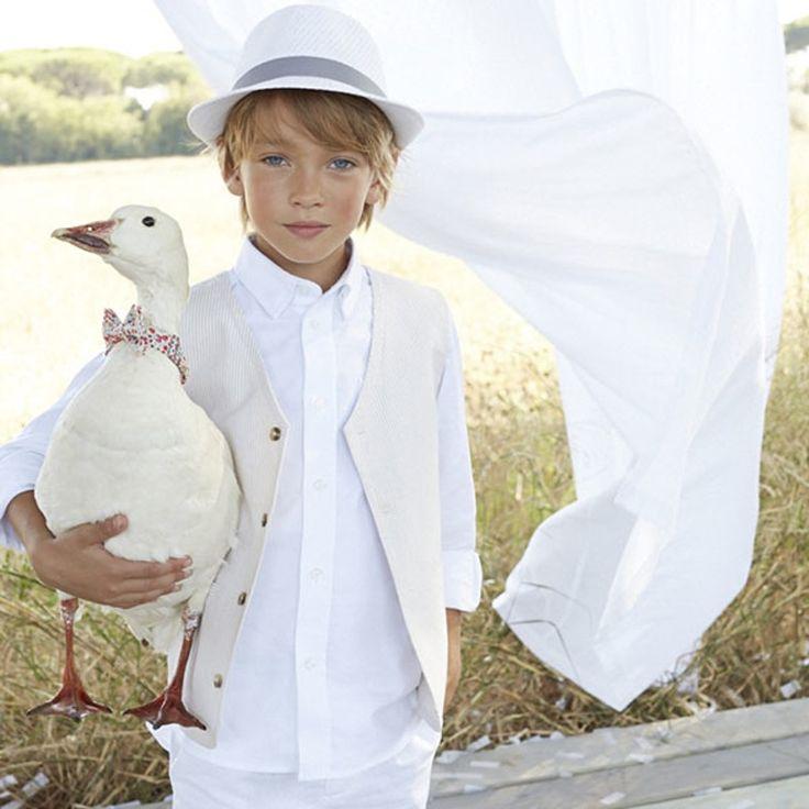 Ensemble garçon pour cérémonie mariage : chapeau blanc, chemise blanche, pantalon blanc et petit veston ivoire #mode #garcon #adolescent #enfant #mariage #religieuse #tenue #bapteme #hiver #ete #été
