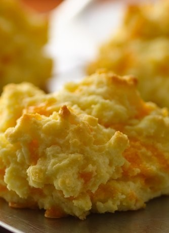Just like the cheddar garlic biscuits from Red Lobster, but gluten free! |bettycrocker.com