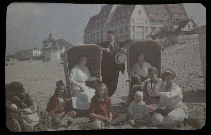 Gezelschap aan het Noordzeestrand, met rechts Tini (met rood-witte muts) en in het midden Willem (een broer van Jacob Jr), Jacob Olie Jr, ca. 1913 - ca. 1927